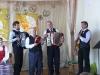 """Jauniūnų kapelos muzikantai susilaukė didelio žiūrovų palaikymo už šauniai pagrotą ir padainuotą lenkų liaudies dainą \""""W zielionym gaju\"""" (\""""Žaliajame gojuje\"""") ir lietuvių liaudies dainą \""""Baltoji ramunė\""""."""