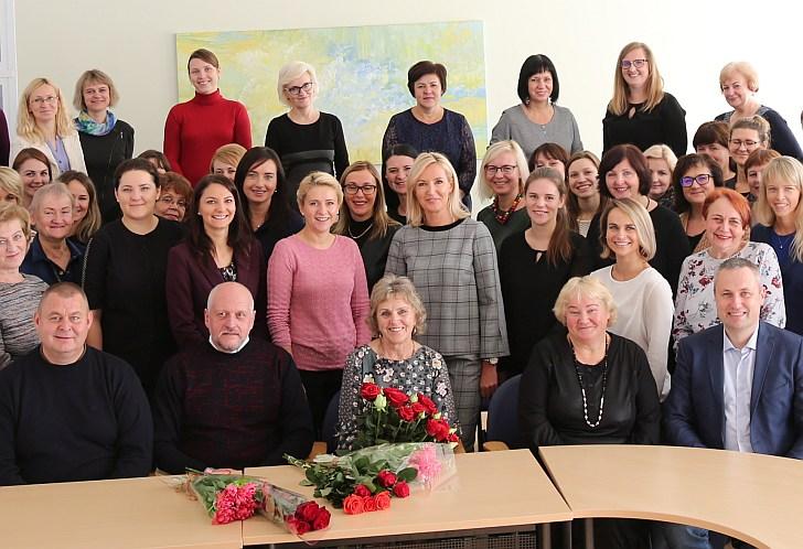 Laimutė Griškienė (viduryje) su Savivaldybės darbuotojais.