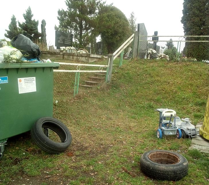 Rūšiavimas nesvarbu, kai nereikalingus daiktus galima palikti tiesiog prie kapinių.