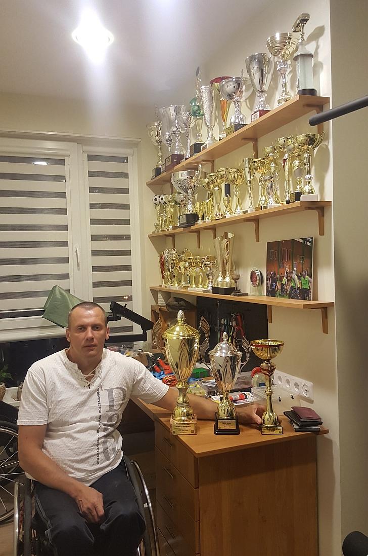 Algimantas Kojis ir jo iškovotos taurės.
