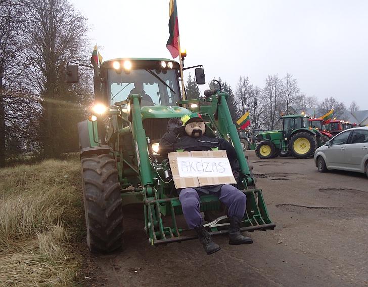 """Valius Mažulis savo traktoriumi vežė ... """"poną Akcizą""""."""