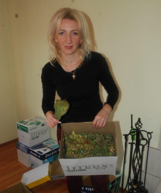 Lilija Serekpajevienė rodo įvairių vaistažolių mišinį.