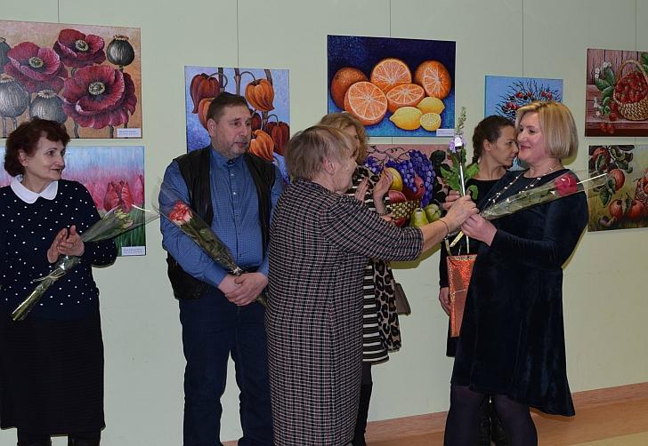 Dailininkę sveikina Stasė Rulevičienė.