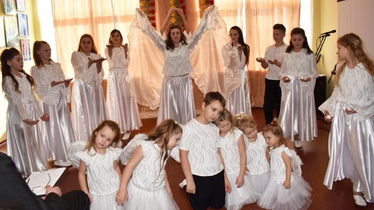 """Čiobiškio kultūros diena neįsivaizduojama be šeimininkų - Lapelių kaimo bendruomenės šokių kolektyvo """"Desso"""" pasirodymo."""