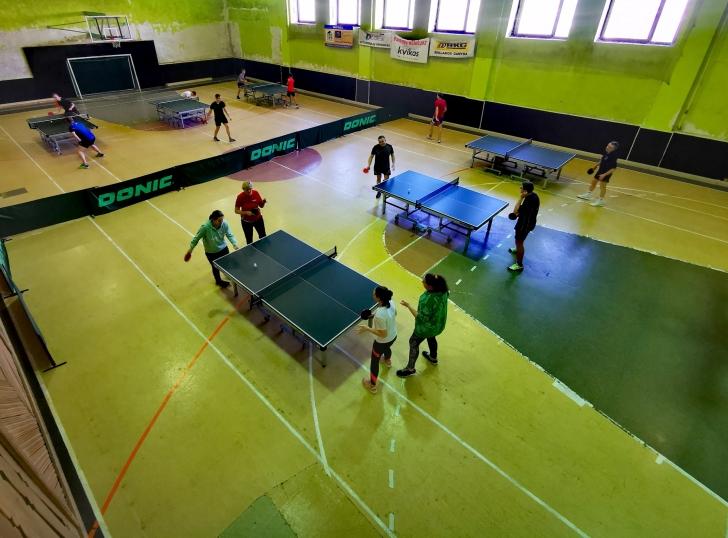Širvintų rajono stalo teniso pirmenybės. Pirmame plane - varžosi moterų dvejetai.