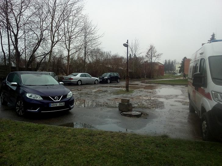 Gyventojų manymu, nesutvarkyta ligoninės automobilių aikštelė trukdo gauti skubią pagalbą.
