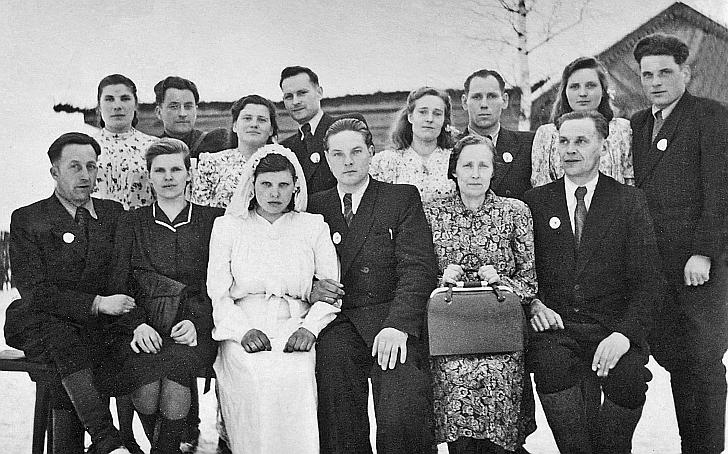 Stasys Žinys (sėdi pirmas iš dešinės) vestuvėse. 1952 m.
