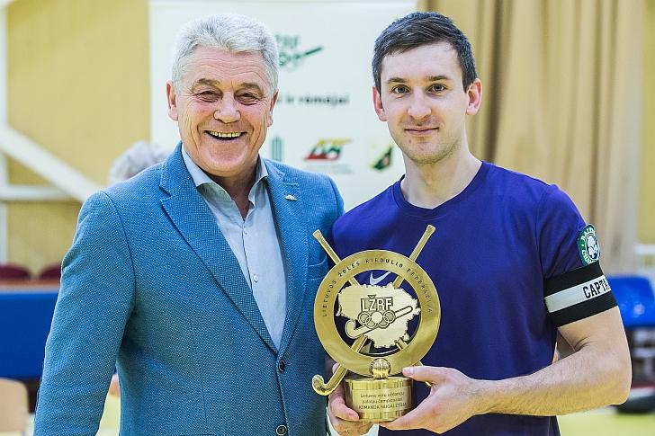 """Čempionams skirtą prizą atsiėmė Širvintų """"Baltic Champs-Ježvitas"""" kapitonas Giedrius Gridziuška (dešinėje)"""