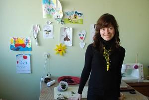 Oksanos Graužinienės papuošalų kūrimo dirbtuvėlėse sienos padabintos jos dukryčių kūryba.