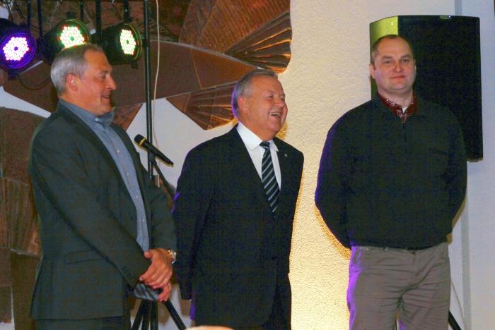 Azartiškiausi aukciono dalyviai G. Lisauskas, V. Matulis ir A. Čiakas rungiasi dėl vertingo prizo, kurį įsteigė Jonas Pinskus.