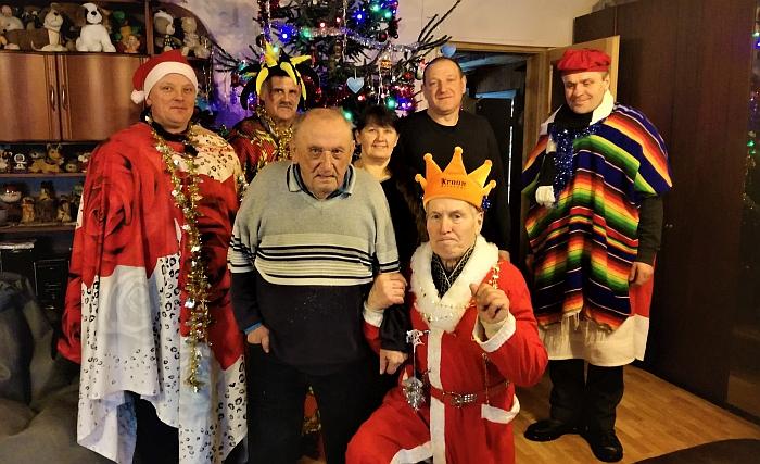 """Antanėlių kaime """"karaliai"""" sugužėjo su švente pasveikinti per devynias dešimtis perkopusį Vladą Brilingą."""
