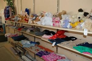 Dėvėtų drabužių parduotuvėse galima įsigyti ir draudžiamų čia pardavinėti prekių.