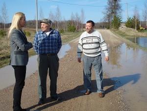 Pajuodžių kaimo gyventojui Kęstučiui Maišeliui (centre) ramybės neduoda šalia namų ant kelio tyvuliuojanti bala.