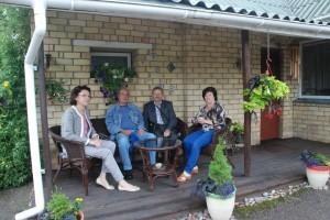 Komisijos nariai kernaviškės Astos Jurkevičienės gyvenamojo namo terasoje (pirma iš dešinės šeimininkė).