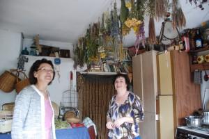 Komisijos narę Daivą Puzinienę sužavėjo šeimininkės vaistažolių kolekcija.