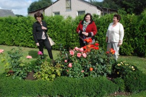 Rasa Armonavičienė (viduryje) mėgsta rožes...