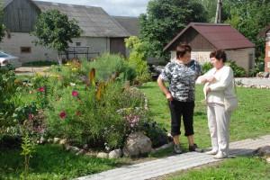 Bendrą kalbą prie gėlyno rado sodybos šeimininkė Rita Kartenienė ir jos buvusi mokytoja komisijos narė Onutė Valančienė.