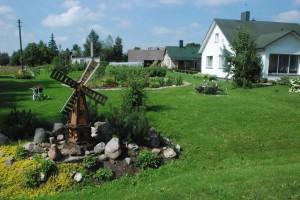 Juzefos Vaidechovič alpinariumo pagrindinis akcentas - rankų darbo besisukantis vėjo malūnas.