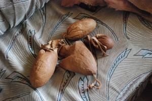 Senomis technologijomis atkurtas, senovėje plačiai naudotas dirbinys - mašna -  yra iš sėklidžių odos surauktas kapšas.