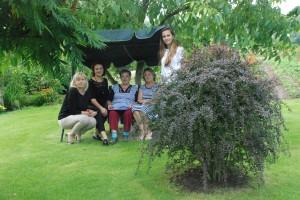 Medžio pavėsyje Monikai Karalienei (centre) gera ne tik pačiai pasėdėti, tačiau ir svečius priglausti...