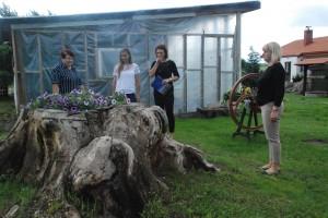 Pasak Antano Kulikausko uošvės Valentinos (kairėje), šis šimtametis medis ir po savo mirties tarnauja grožiui...
