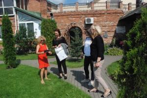"""Tarybos narė Vilma Bartusevičienė kavinės """"Suzana"""" šeimininkei Suzanai Simonian įteikė Savivaldybės padėką už nepriekaištingai tvarkomą aplinką."""