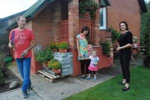 Avižonių kaime komisijos narius pasitinka Mučinių šeimyna.