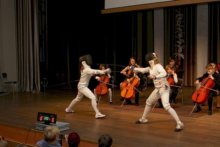 Renginį pradėjo Širvintų meno mokyklos ansamblis su Vilniaus violončelės mokyklos mokiniais. Įspūdį didino tai, kad kartu su jais pasirodyme dalyvavo fechtuotojos...