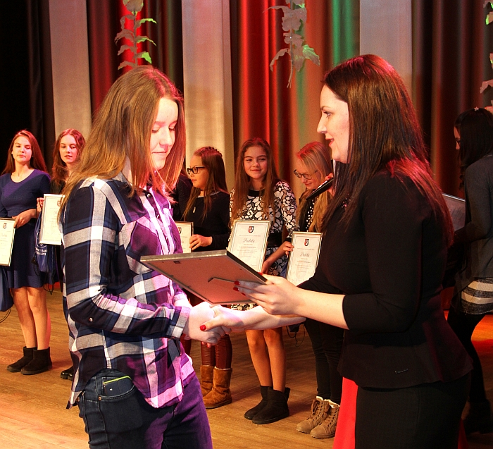 Merės padėjėja Janina Greiciūnaitė apdovanojimus įteikė Lietuvos mokyklų žaidynių 2015-2016 m. nugalėtojams.
