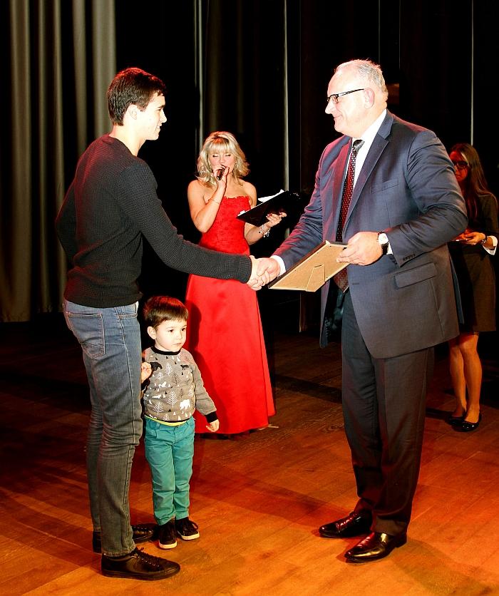 Dukart pasaulio čempionas, Maskvos olimpinių žaidynių prizininkas Jonas Pinskus apdovanojimą įteikė geriausiam 2016 m. futbolininkui Ignui Kružikui…