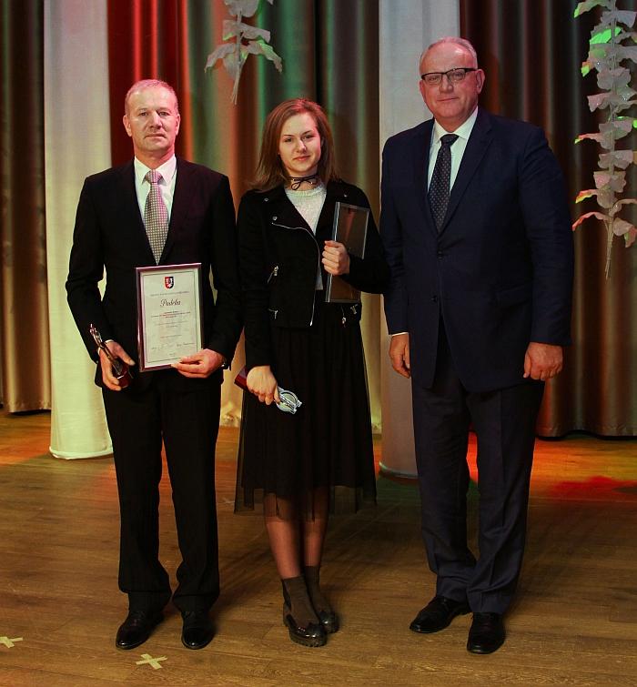 Algimantas Kmitas kartu su geriausia Širvintų rajono lengvaatlete Lina Surgėlaite ir jiems apdovanojimą įteikusiu Jonu Pinskumi