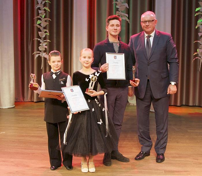 Geriausi Širvintų rajono sportinių šokių prizininkai: Adrijus Markevičius su šokiu partnere Rūta Galvosaite ir treneriu Liudviku Veriku bei jiems apdovanojimą įteikusiu Jonu Pinskumi