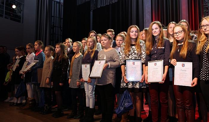 Apdovanoti jaunieji sportininkai.