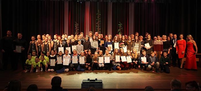 Į sceną susibūrė visi, kurie gavo apdovanojimus.
