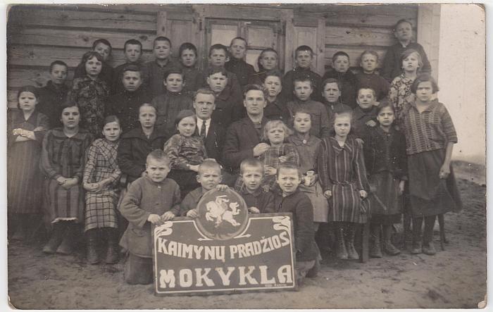 Kaimynų pradžios mokyklos III skyriaus mokiniai su mokytojais Simu Bakšiu (viduryje, dešinėje) ir S. Polocku. 1927 metų balandžio 5 diena.