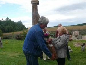 Buities muziejaus atidarymo proga Rimantą Puziną sveikina kaimynai.