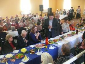 Musninkų švč. Trejybės bažnyčios kunigas Virgilijus Balnys laimina maistą.