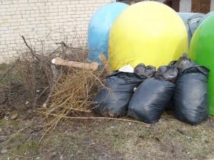 """Dar šį pavasarį prie konteinerių Mindaugo gatvėje, šalia garažų kooperatyvo, buvo toks ir dar """"žiauresnis"""" vaizdas. Naujoji valdžia, vadovaujama merės Živilės Pinskuvienės, inicijavo mini atliekų aikštelės įrengimą. Dabar tereikia vieno - kad patys gyventojai laikytųsi tvarkos."""