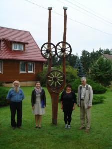 Daivos ir Juozo Liktaravičių sodyba, esanti Lapelių kaime, labiausiai atitinka geriausiai tvarkomų sodybų kriterijus (antra iš dešinės Daiva Liktaravičienė).