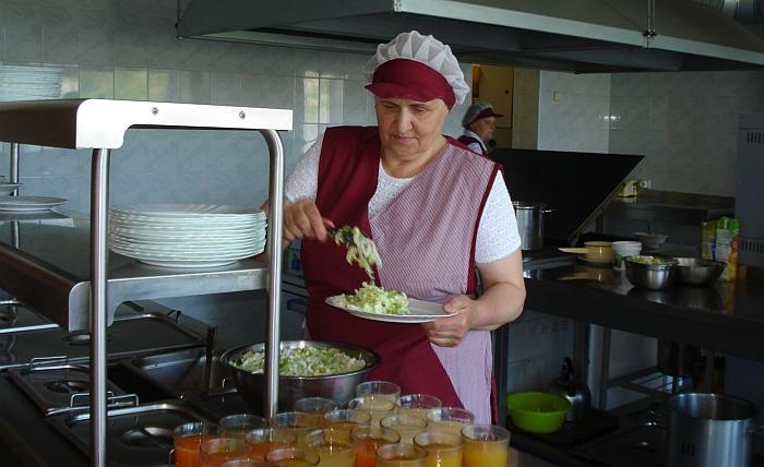 Virėja Aldona Šmigelskienė verda sriubas ir ruošia mėsos patiekalus.