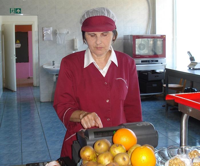 """Širvintų """"Atžalyno"""" progimnazijos valgyklos vyr. virėja Vilė Markūnienė valgyklai vadovauja nuo pat mokyklos atidarymo dienos 1985 m."""