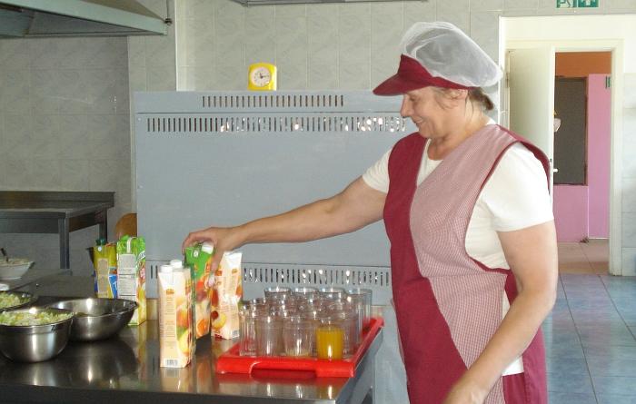 Virėja Zita Adomavičienė gamina skanias mišraines ir ruošia šaltus patiekalus.