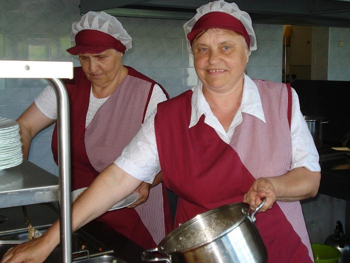 Virėjos Galina Romaškienė (dešinėje) ir Aldona Šmigelskienė progimnazijos valgykloje dirba daugiau nei 30 metų.
