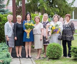 Abiturientų klasių auklėtojos,  gimnazijos direktorė Audronė Buzienė (antra iš kairės) ir pavaduotojos.