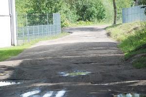 Per gimnazijos teritoriją vedantis laikinas keliukas - vienintelis būdas atvežti prekes sunkvežimiais.