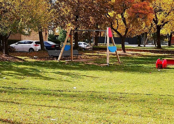 Siautėjantys paaugliai siaubia Kalnalaukio gatvėje esančią mažamečių žaidimo aikštelę.