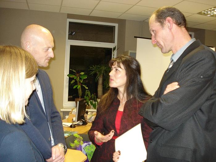 Filmo kūrėjai Saulius Jankauskas ir Asta Sabonytė (kairėje) kalbasi su  Rasa ir Gediminu Dzeventauskais (dešinėje).