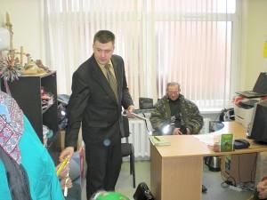 G. Dovidavičius įteikė kiekvienam dalyvavusiam susitikime po segimą ant rankovės atšvaitą ir palinkėjo, kad kiekvieną kartą visi saugiai grįžtų į namus.