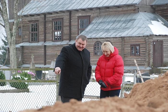 Sigitas Bankauskas ir Edita Bartaškaitė džiaugiasi, kad jau pavasarį žmonėms nebepritrūks vandens, jo į kapines nereikės nešti iš toli.