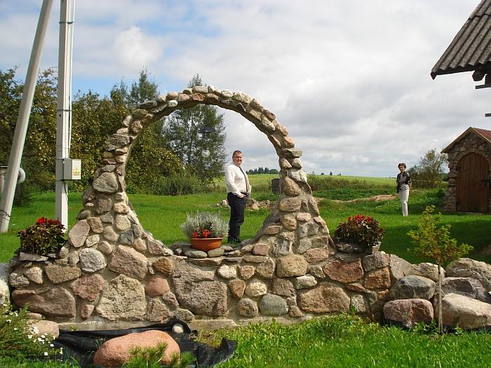 Kruopščiai sumūrytas akmeninis lankas puošia Vasilevskių sodybą.
